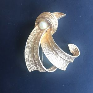 Vintage gold Chanel style broach w/ pearl 1980